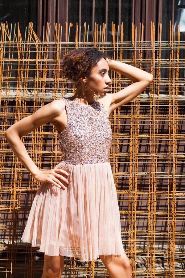 Mode de rue Portrait d'une jeune femme africaine dans la robe rose photo stock