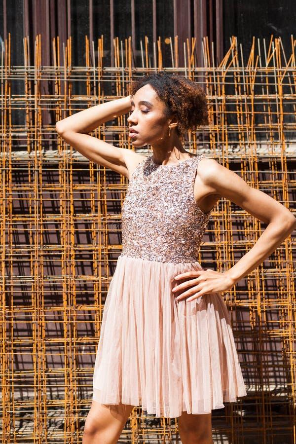 Mode de rue Portrait d'une jeune femme africaine dans la robe rose photos stock