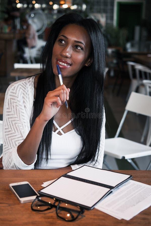 Mode de vie, éducation et concept de personnes : Belle fille africaine image stock