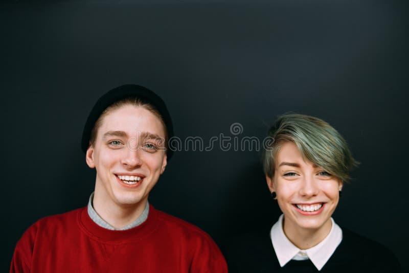 Mode de vie adolescent de sourire de portrait de couples de hippie images stock