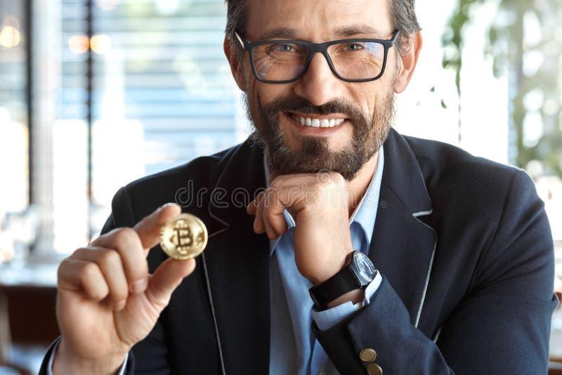 Mode de vie d'affaires Commerçant en verres se reposant au café avec la pièce de monnaie de cryptocurrency regardant rire de camé image libre de droits