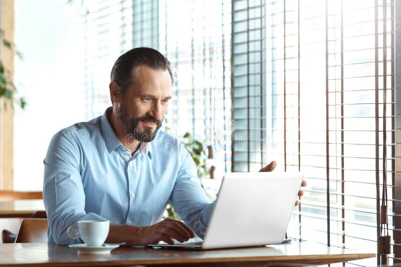 Mode de vie d'affaires Commerçant s'asseyant au café avec le sourire d'ordinateur portable de lecture rapide de café joyeux photos libres de droits