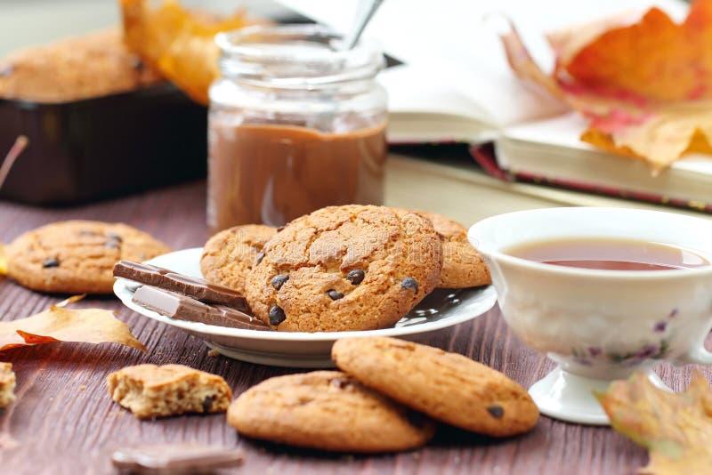 Mode de vie d'automne avec le thé, les bonbons et les feuilles chauds de jaune photos libres de droits