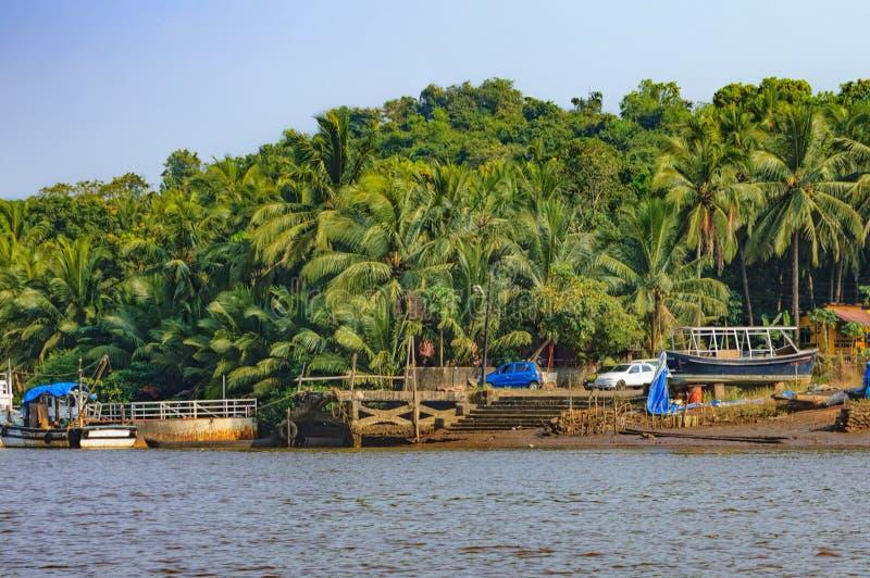 Mode de vie en île de Chorao, Goa, Inde Vieux bateau pour le transport dans Salim Ali Bird Sanctuary images stock
