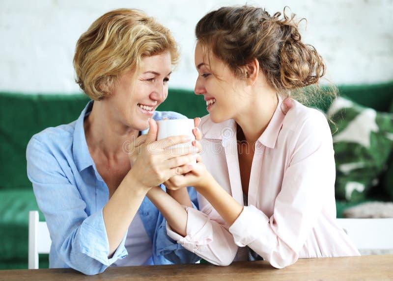 Mode de vie et concept de personnes : Femme supérieure avec la fille adulte détendant sur Sofa At Home photo stock