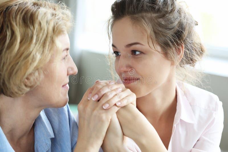Mode de vie et concept de personnes : Femme supérieure avec la fille adulte détendant sur Sofa At Home photos libres de droits