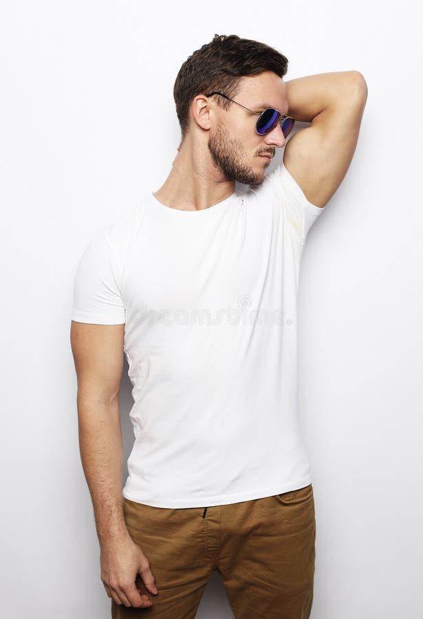 Mode de vie et concept de personnes : homme bel, mannequin image stock
