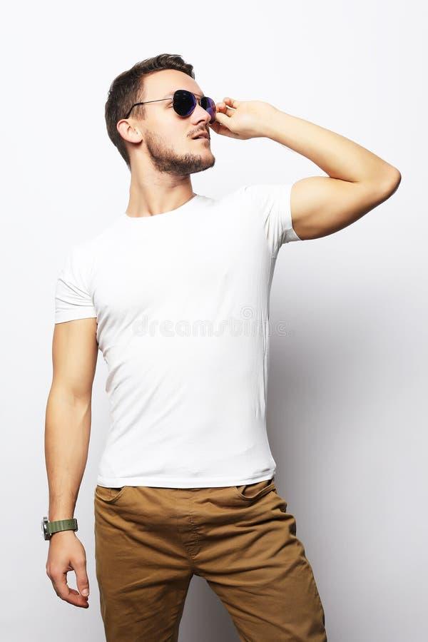 Mode de vie et concept de personnes : homme bel, mannequin photos stock