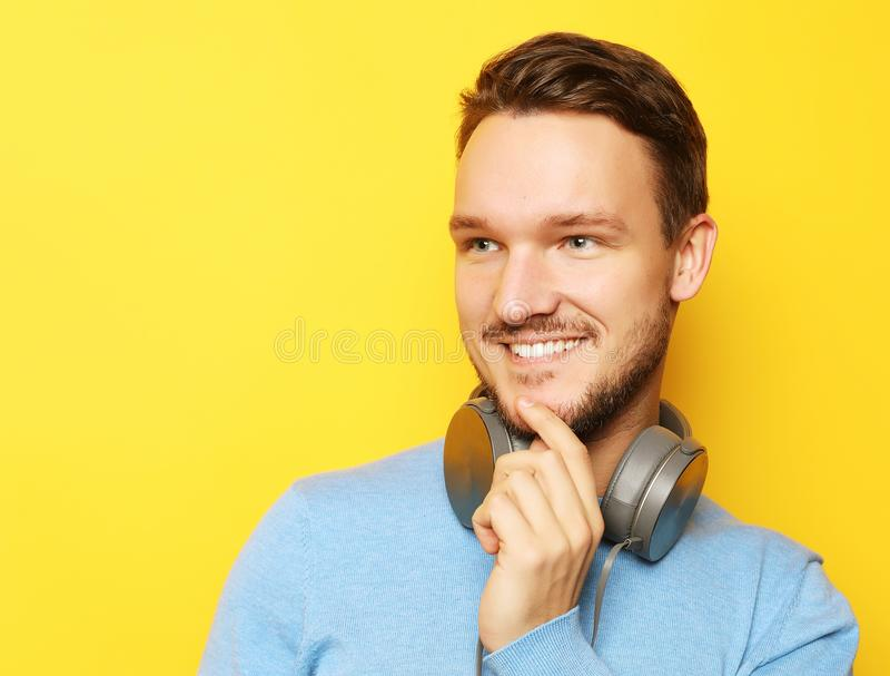 Mode de vie et concept de personnes : jeune homme écoutant la musique avec images stock