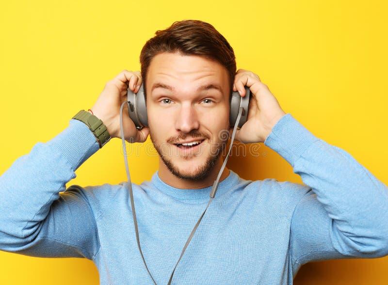 Mode de vie et concept de personnes : jeune homme écoutant la musique avec image libre de droits