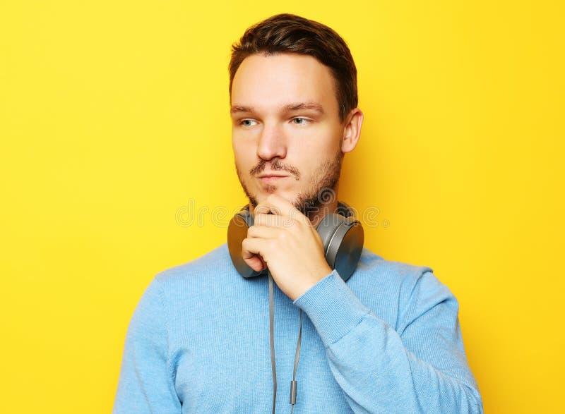 Mode de vie et concept de personnes : jeune homme écoutant la musique avec photographie stock libre de droits