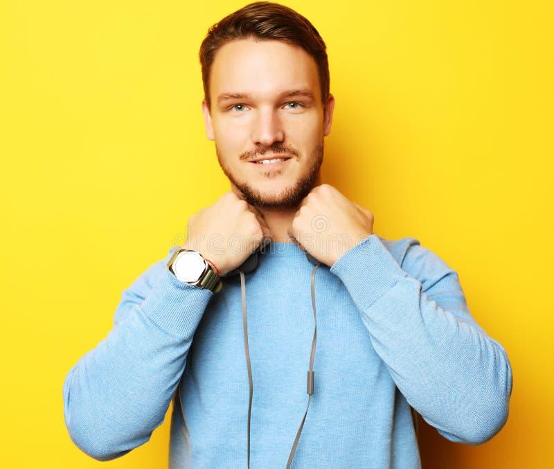 Mode de vie et concept de personnes : jeune homme écoutant la musique avec photographie stock