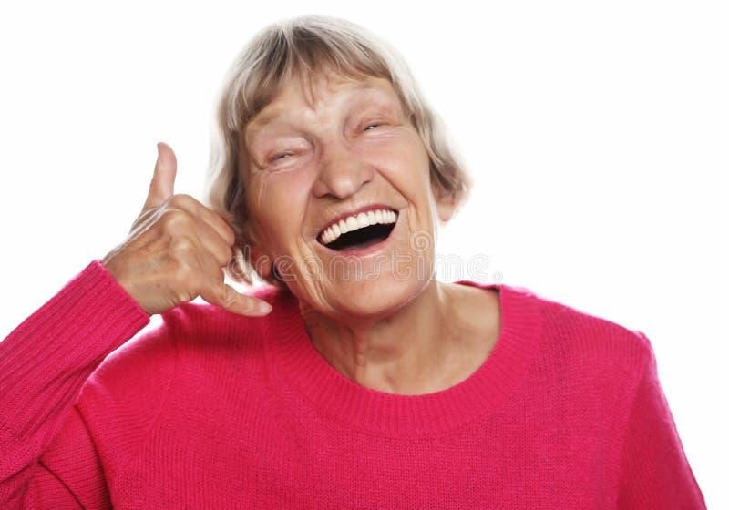 Mode de vie et concept de personnes : Signe âgé de centre d'appels d'apparence de femme Portrait de grand-mère expressive belle images libres de droits