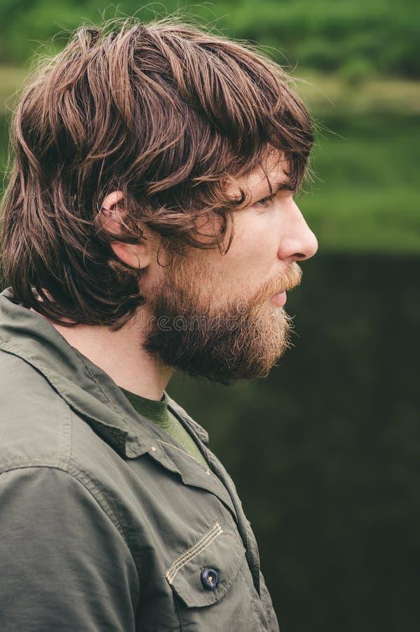 Mode de vie extérieur de portrait barbu de cheveux bouclés de jeune homme images libres de droits