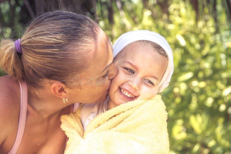 Mode de vie heureux d'enfance de vacances de plage d'été de portrait de famille de mère d'enfant image libre de droits