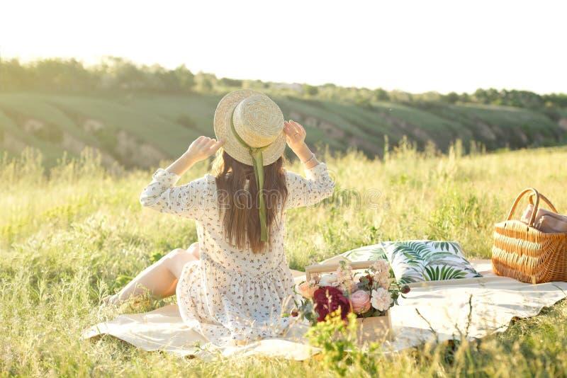 Mode de vie heureux de femme, belle fille d?contract?e dans un chapeau de paille sur la nature du dos sur le pique-nique - campin images stock