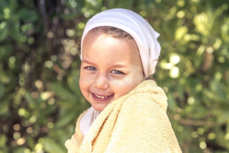 Mode de vie heureux de sourire d'enfance de vacances d'été de portrait de fille timide mignonne d'enfant photographie stock libre de droits