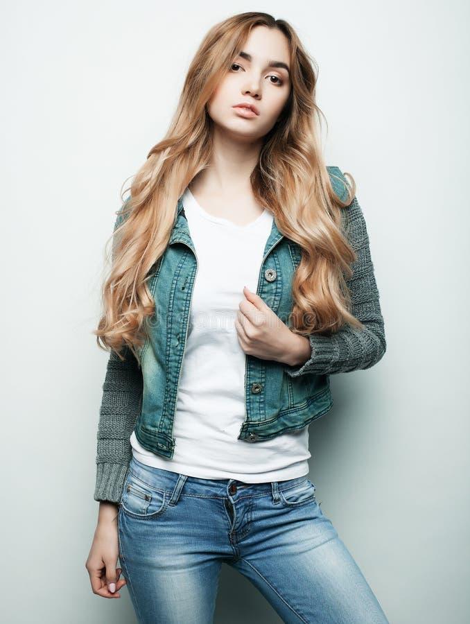 Mode de vie, mode et concept de personnes : belle femme portant les vêtements sport, posant sur le fond blanc photographie stock libre de droits