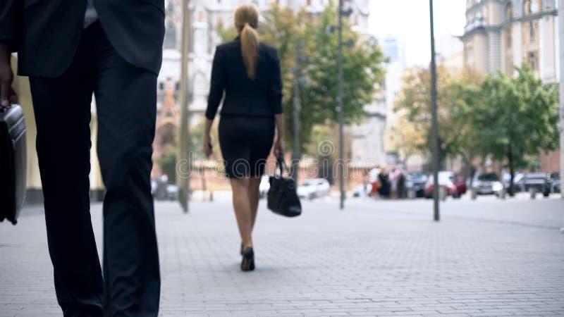 Mode de vie occupé des personnes au centre d'affaires, travailleurs allant travailler, grande ville images libres de droits