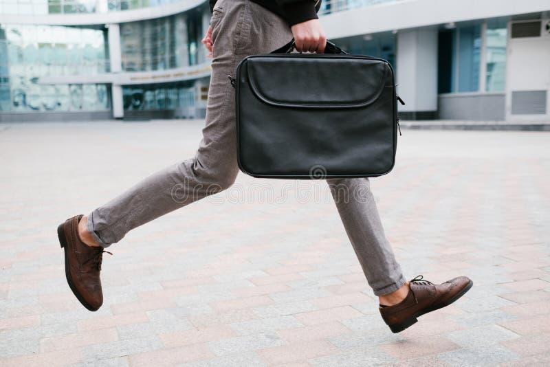 Mode de vie de précipitation d'homme d'affaires courant le travail en retard images stock