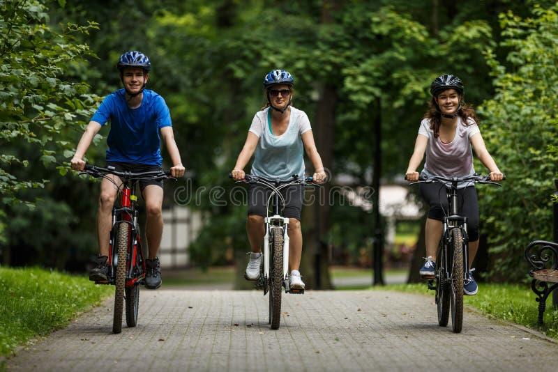 Mode de vie sain - bicyclettes de monte de personnes images libres de droits
