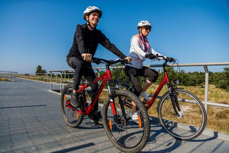 Mode de vie sain - bicyclettes de monte de personnes photos libres de droits