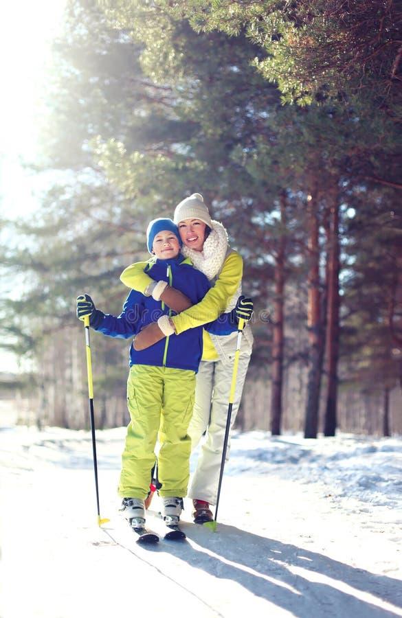 Mode de vie sain de famille ! La mère et le fils vont skier dans les bois photos stock