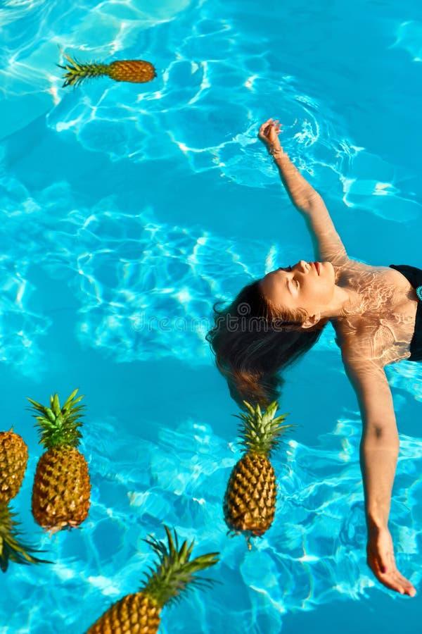 Mode de vie sain, nourriture Jeune femme dans le regroupement Fruits, vitamines image stock