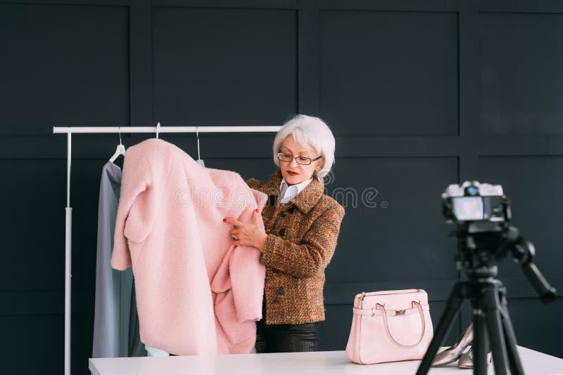 Mode de vie supérieur réussi de mode de femme bloguant photo stock