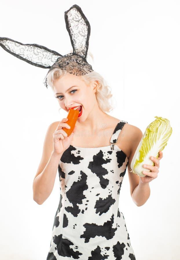 Mode de vie vegeterian sain Fille de Vegan avec la nourriture saine La jeune femme de sourire apprécie le légume frais Alimentati photographie stock libre de droits