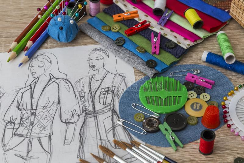 Mode-Designskizze - Damenschneiderin Table stockbild