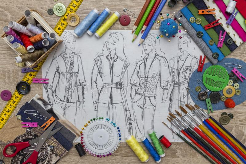 Mode-Designskizze - Damenschneiderin Table stockbilder