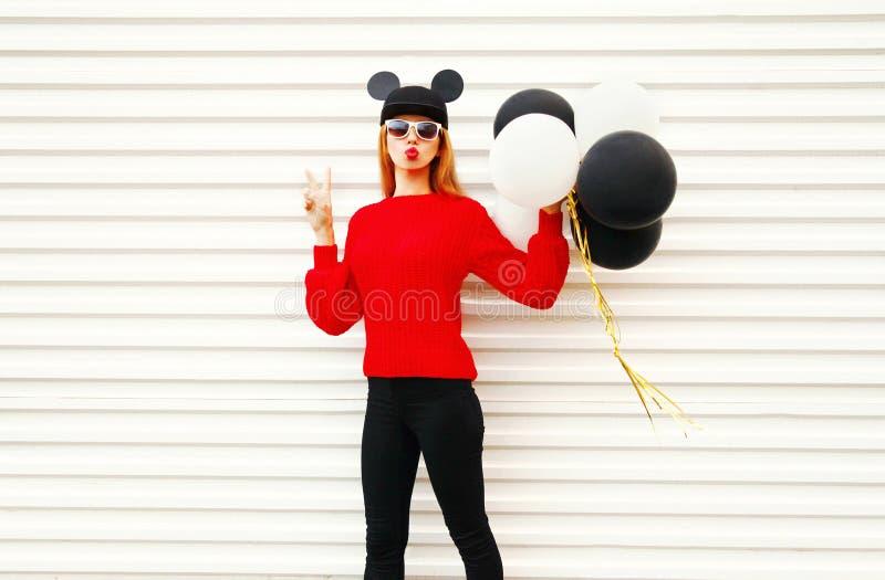 Mode, die lustige Frau im Rot Strickjacke strickte, hält Luftballone stockbild