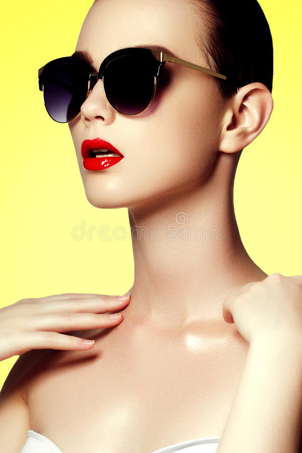 Mode et beauté Femme sexy dans le maillot de bain avec les lunettes de soleil d'or photos libres de droits