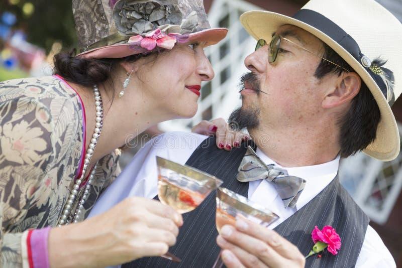 Mode för era 1920's för Blandad-lopp par som iklätt läppjar Champa royaltyfria bilder