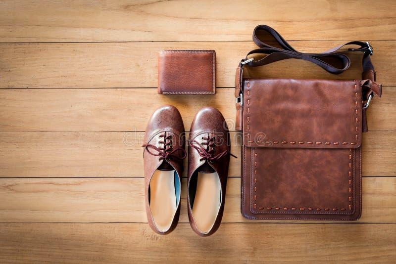 Mode för kvinna` s med läderpåsen, den bruna plånboken och skor på woode royaltyfria foton