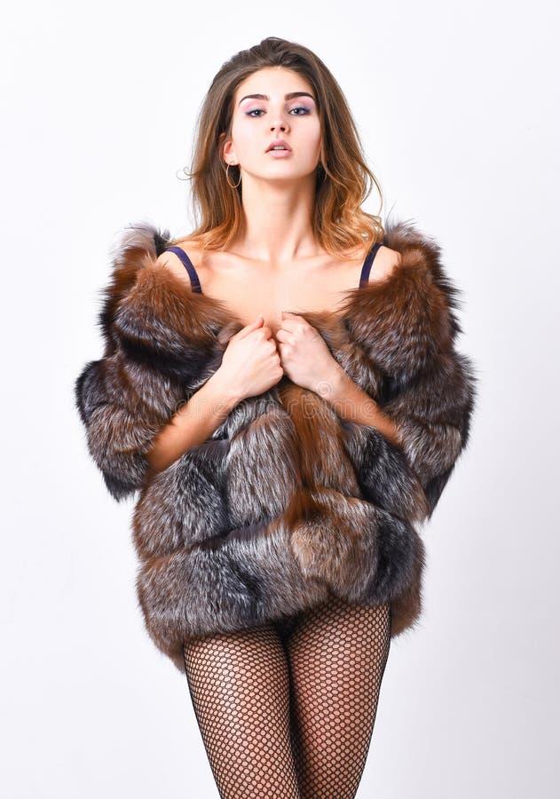 Mode för kvinnlig Elitkläder för sinnlig flicka Lyxig design för mode Ovårdad frisyr för kvinna som poserar damunderkläder och arkivfoton