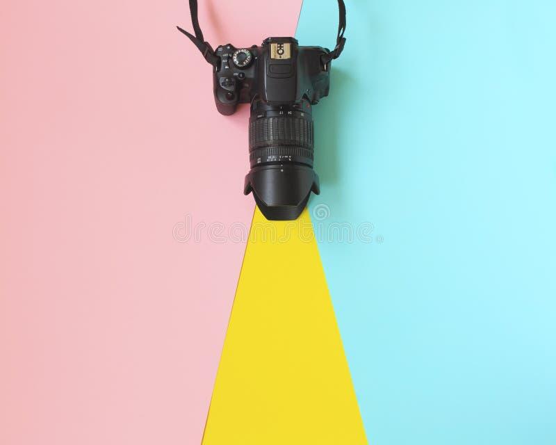 Mode-Film-Kamera Heiße Sommer-Schwingungen Pop-Art Kamera Hippie-modisches Zubehör Sonniges Sommer Stillleben lizenzfreie stockfotografie
