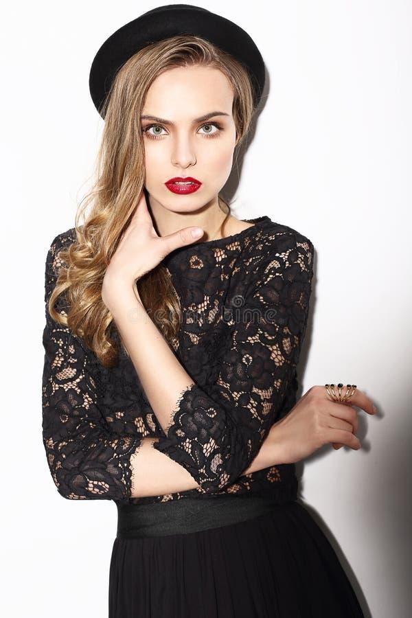 mode Flott modemodell i mörka Lacy Blouse royaltyfria foton
