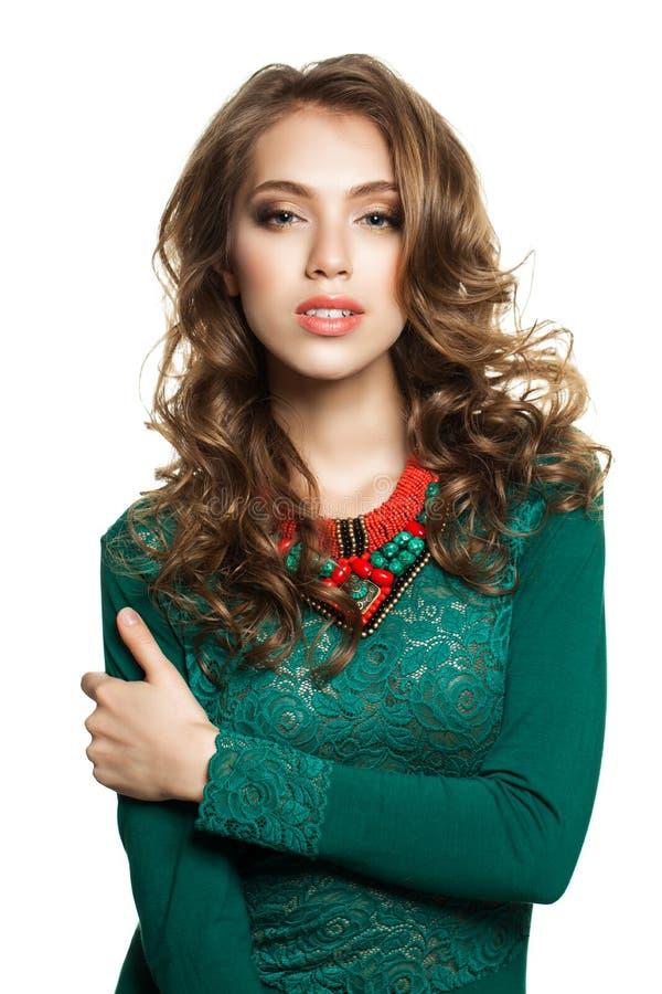Mode-Foto der perfekten Frau im grünen Kleid lokalisiert auf Weiß stockbild