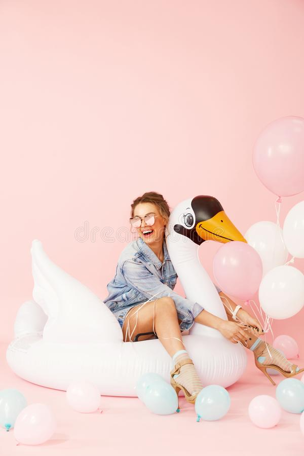 Mode-Frau in der Sommer-Kleidung, die Spaß mit Ballonen hat lizenzfreie stockbilder
