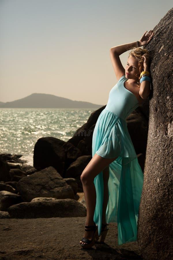 Mode-Frau im blauen Kleid im Freien stockfotos