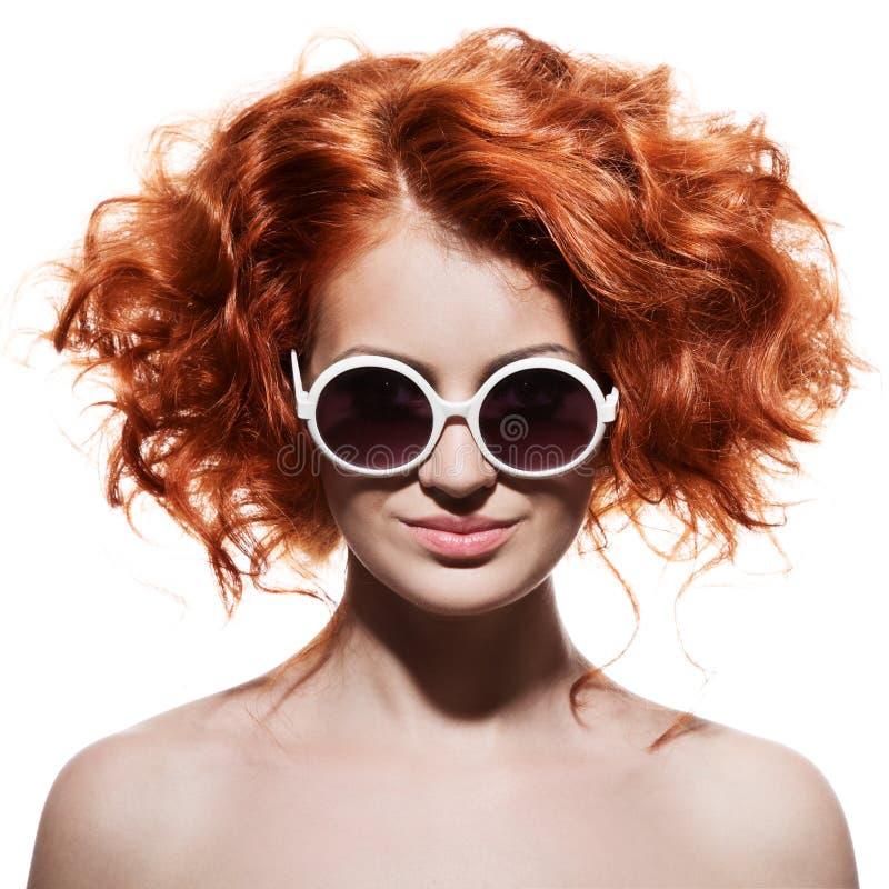 Mode-Frau mit Sonnenbrille. Lokalisiert lizenzfreies stockbild