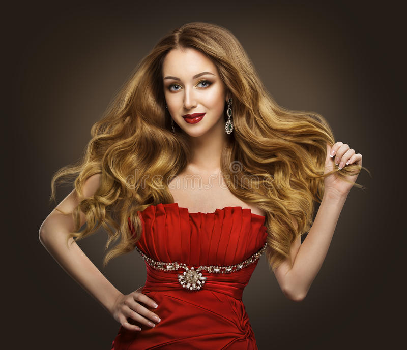 Mode-Frauen-Frisur, Modell mit langer wellenartig bewegender Frisur Browns stockfoto