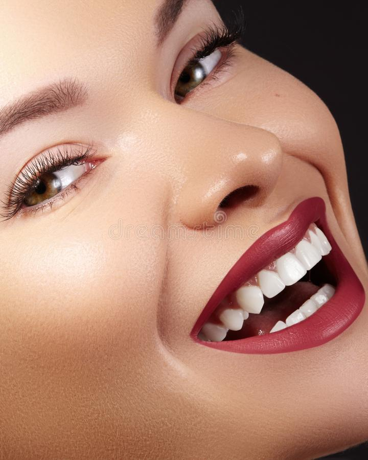 Mode-Frauen-Gesicht mit perfektem Lächeln Weibliches Modell With Smooth Skin, lange Wimpern, rote Lippen, gesunde weiße Zähne stockfotos