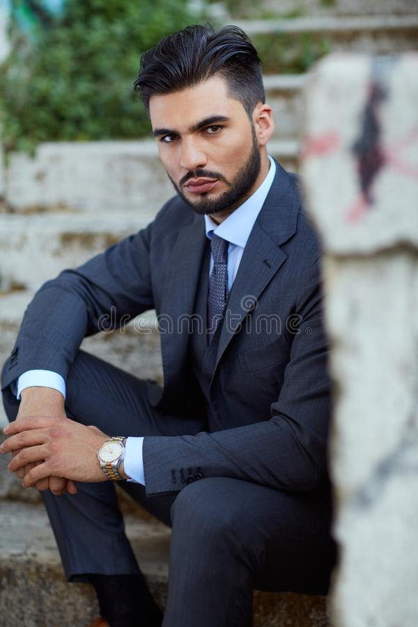 Mode-Geschäftsmann sitzt auf der alten Treppe stockbilder