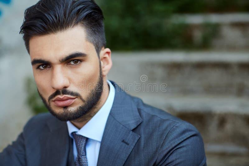 Mode-Geschäftsmann sitzt auf der alten Treppe stockfoto