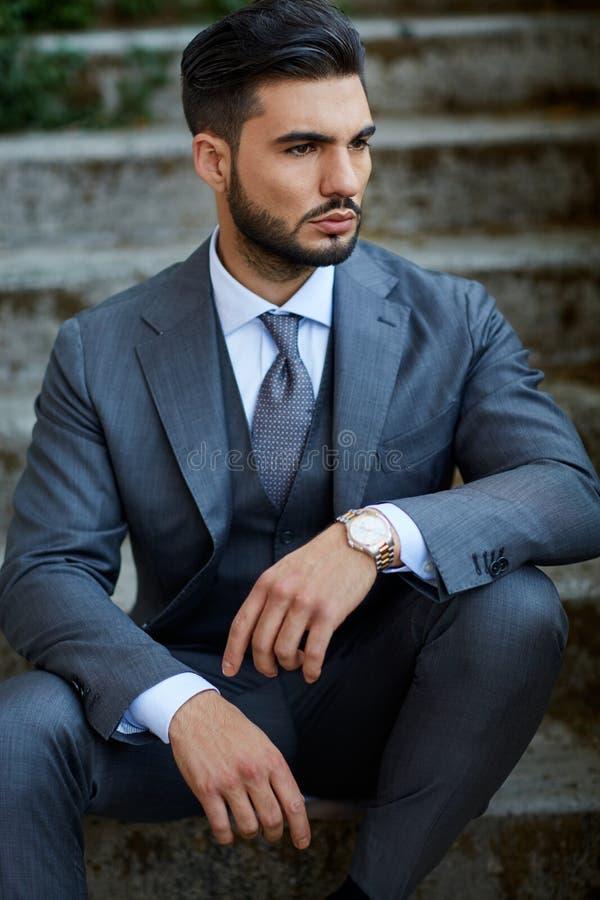 Mode-Geschäftsmann sitzt auf der alten Treppe stockfotos