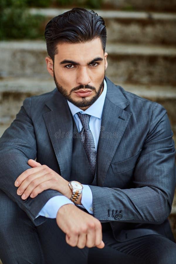 Mode-Geschäftsmann sitzt auf der alten Treppe stockbild