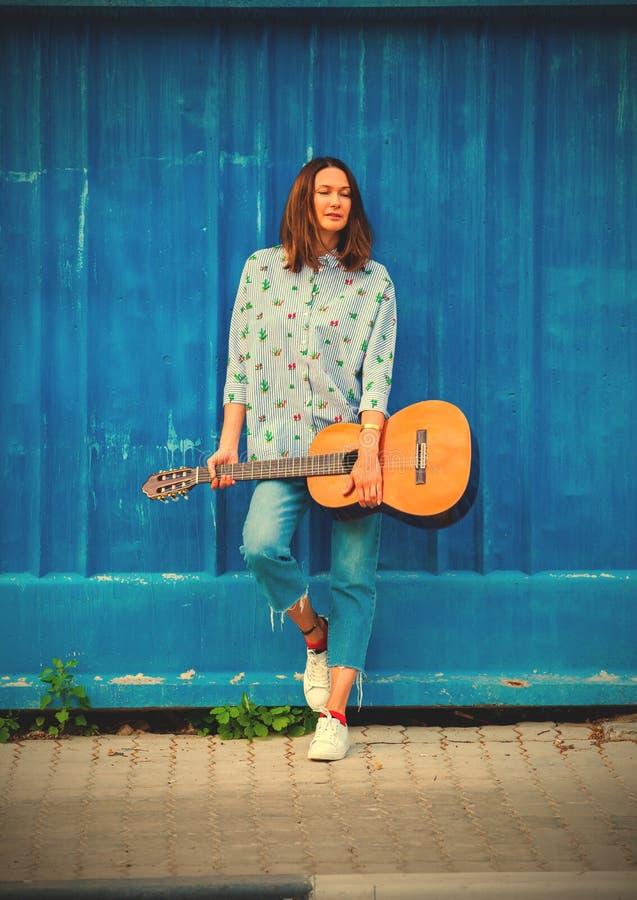 Mode H?rlig kvinna med en gitarr royaltyfri bild
